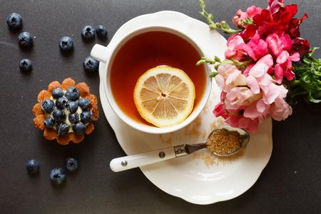 Taza de té con torta y flores Foto de archivo - 37814181