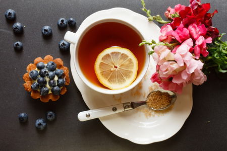 comida inglesa: taza de t� con torta y flores