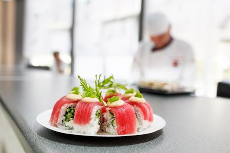 comida japonesa: sushi en el restaurante