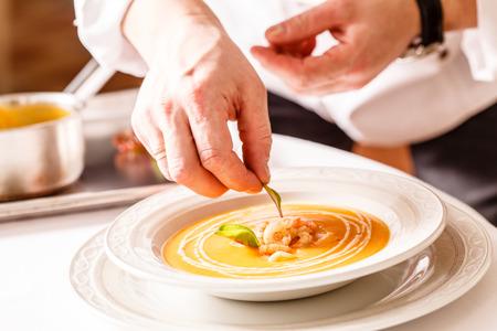 chef cocinando: Sopa de calabaza con gambas