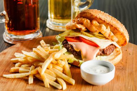 hamburguesa: hamburguesa con papas fritas franc�s Foto de archivo