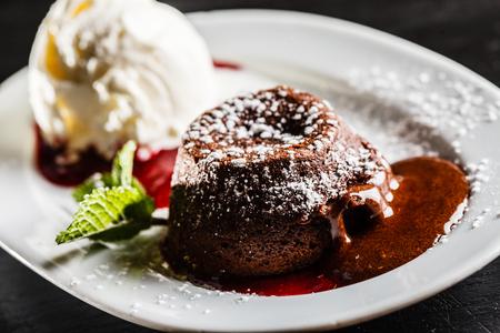 gâteau au chocolat avec glace Banque d'images