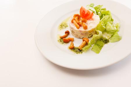 huzarensalade: Russian salad with mushrooms Stockfoto
