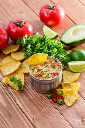 Guacamole Mit Avocado Limette Tomaten Und Koriander Lizenzfreie