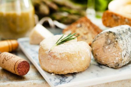 queso cabra: Placa del queso Surtido de verduras Foto de archivo