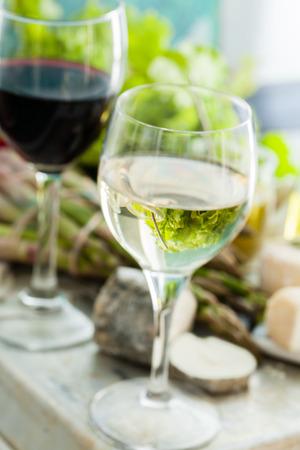 copa de vino: Placa del queso Surtido de verduras Foto de archivo