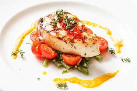 plato de pescado: filete de pescado con verduras