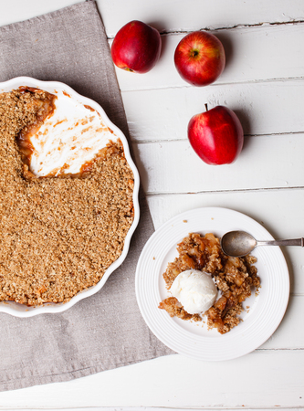 to crumble: apple crumble with ice cream