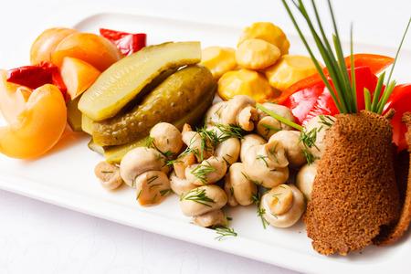 encurtidos: plate of pickles Foto de archivo