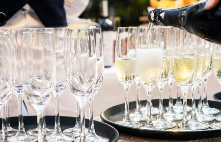 botella champagne: gafas de champa�a Foto de archivo