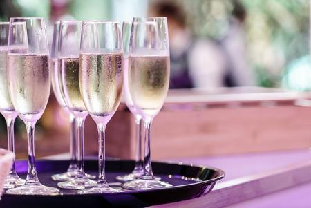 charolas: gafas de champaña Foto de archivo