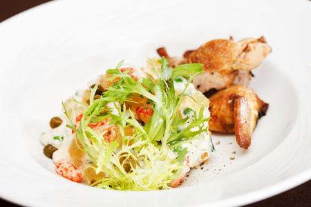 huzarensalade: Russian salad with quail Stockfoto