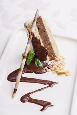 cream on cake: ice cream cake Foto de archivo