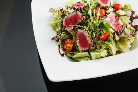 salad in plate: ensalada de at�n japon�s Foto de archivo