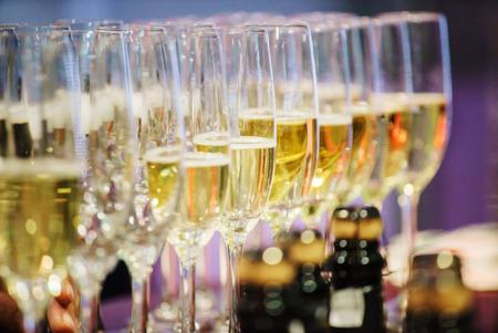 bouteille champagne: verres de champagne  Banque d'images
