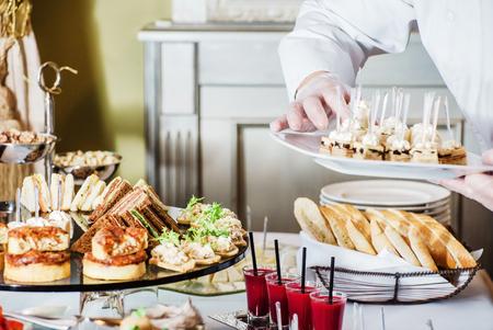 to lunch: mesa de banquete de catering Foto de archivo
