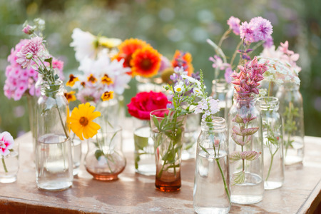 flower arrangement: bonitas flores en las botellas
