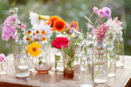 arreglo de flores: bonitas flores en las botellas
