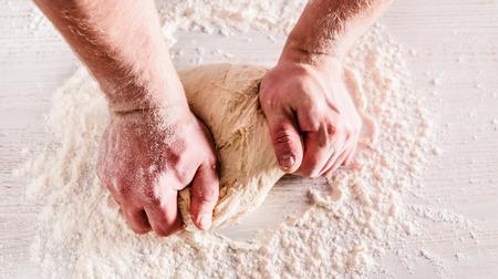 making bread: cocinero que hace pan