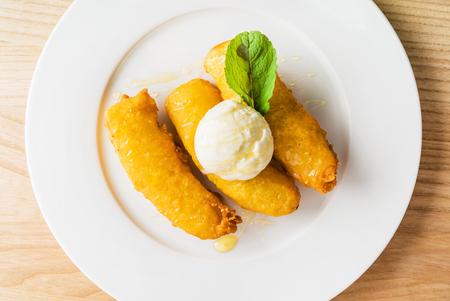 platanos fritos: pl�tanos fritos con helado Foto de archivo