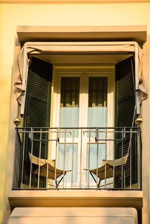 Balkon mit Stühlen Standard-Bild