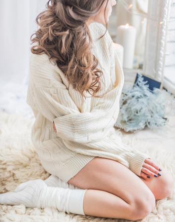 暖かい冬のセーターの女性 写真素材