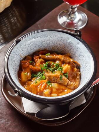 cebollines: Carne y verduras en la olla