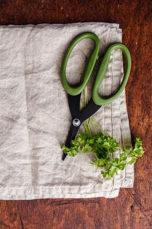 ciseaux sur la serviette de cuisine