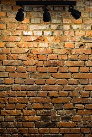 Alte Backsteinmauer mit Bühnenbeleuchtung Standard-Bild