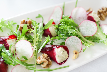 beetroot with goat cheese 版權商用圖片 - 128519485