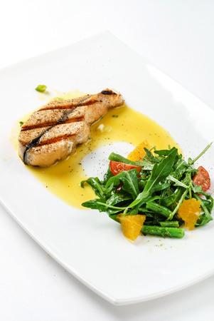 fish with salad 版權商用圖片 - 128519501