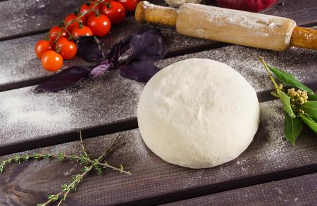 Bal van pizzadeeg met ingrediënten Stockfoto