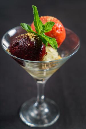 Crème glacée dans le bol Banque d'images - 80059842