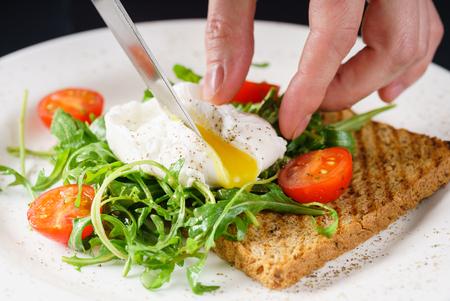 poached egg on toast 版權商用圖片 - 80055328
