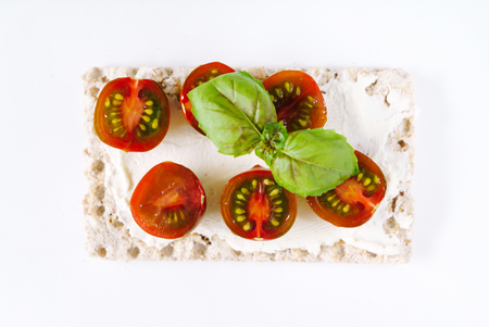 toast with cream cheese and tomatoes