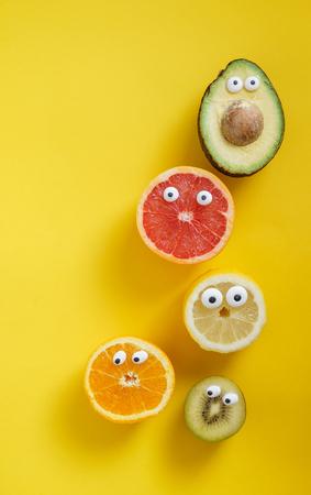 Lustige Früchte und Gemüse Standard-Bild - 80939171