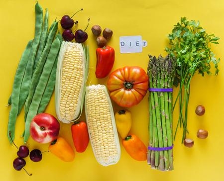 黄色の背景の上に新鮮な野菜 写真素材