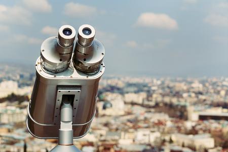 建物の上部にある双眼鏡