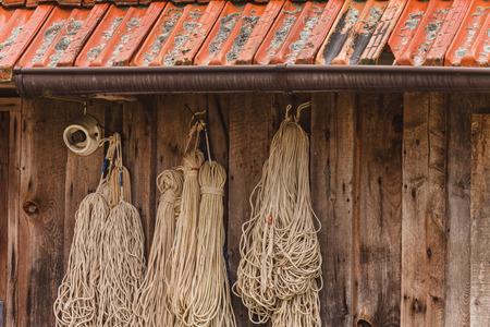 木製の壁の網タイツ