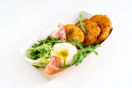 卵とベーコン ・ ポテト ・ パンケーキ