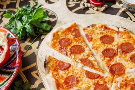 Leckere Pizza Standard-Bild - 81800287