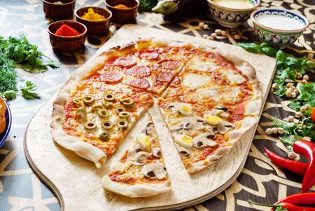 Leckere Pizza Standard-Bild - 81800656