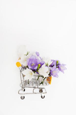 Campanula bloemen in de winkelwagen Stockfoto