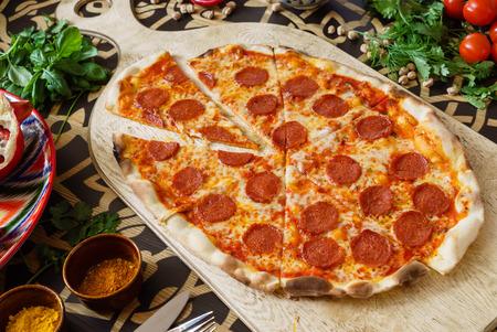Leckere Pizza Standard-Bild - 82569709