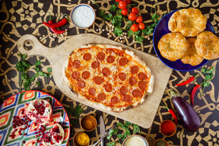 Leckere Pizza Standard-Bild - 82570536
