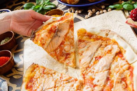 Leckere Pizza Standard-Bild - 82570492