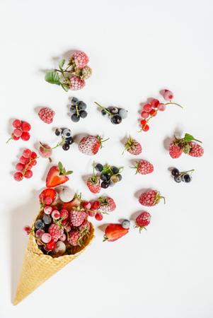아이스크림 콘에서 냉동 딸기 스톡 콘텐츠