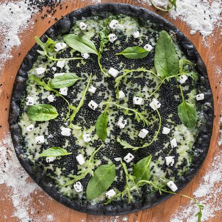 pizza met zwarte kaviaar Stockfoto