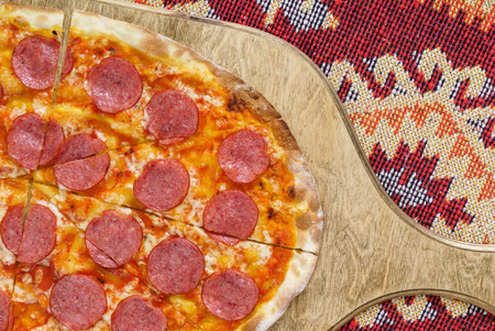 pizza with salami on the wooden board Zdjęcie Seryjne