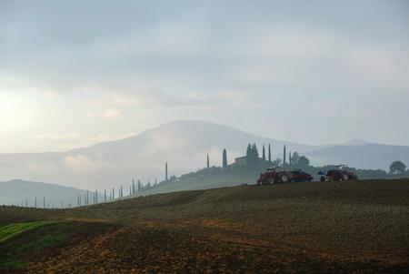 苗床耕運機で土地を準備トラクターで農家
